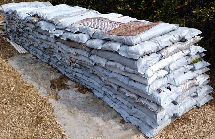 土づくり用の堆肥の山積み画像